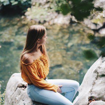 Yo sentada sobre una piedra del rio de Puente Viesgo
